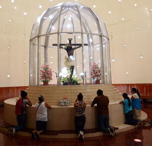 Nicaragua-Managua-New-Cathedral-Prayer